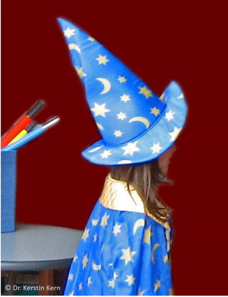 Zaubern Kind mit Hut mit Namen KK